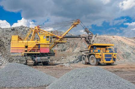 camion minero: excavador grande extracci�n de mineral de hierro amarillo en mina a cielo abierto