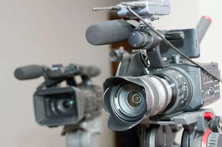 fermer professionnelle lentille de la caméra vidéo dans l'intérieur.