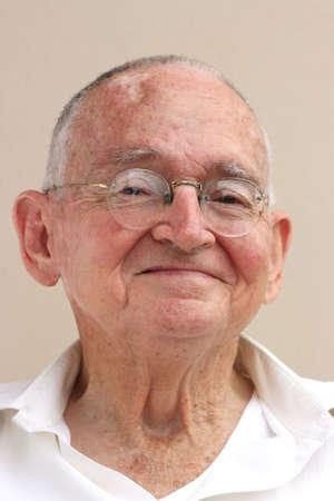 座っていると笑顔の幸せの年配の男性 写真素材