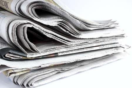 白い背景の上に使用される新聞の山