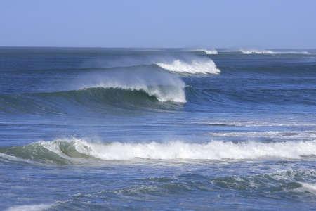 Righe di belle onde del mare con spray Archivio Fotografico - 3507221