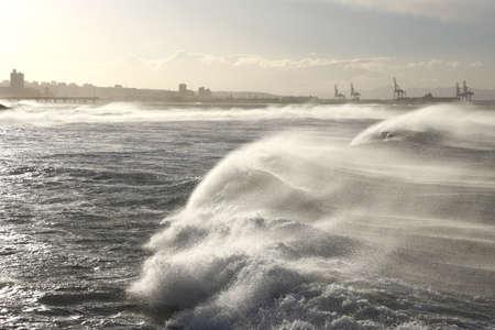 強い風に吹かれて劇的な巨大な波