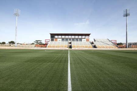 よく保たれるスポーツ スタジアムで美しい緑の草 写真素材