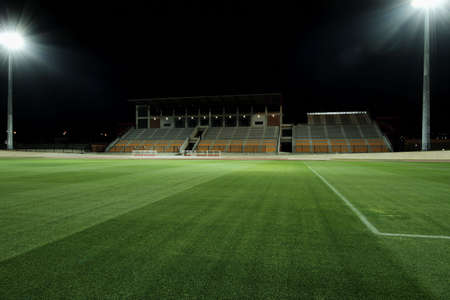 スポーツ フィールド投光照明で照らされています。 写真素材