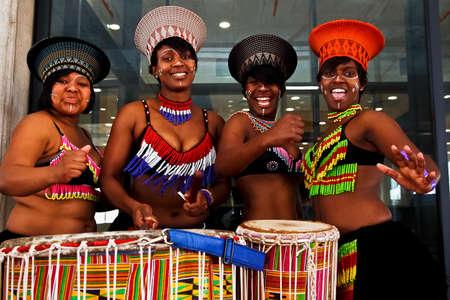 bailarines africanos que juegan los tambores y el baile durante una función Mayoral en el estadio Nelson Mandela Bay 09 de agosto 2009 Editorial