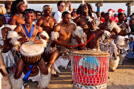 アフリカのダンサーたちとアイアンマン南アフリカ ポート Elizabeth13 2014 年 4 月にドラマー 報道画像