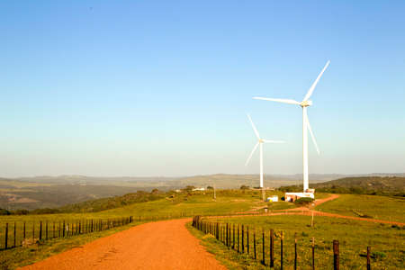 美しい風景の農場で大規模な風力タービンを設定します。