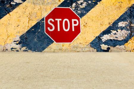 一時停止の標識の道が終わりに来ていることを示すシェブロン壁