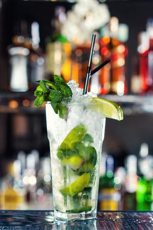 Orange Alkohol Cocktails, Cocktails An Der Bar, Alkoholische ...