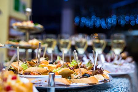 Table de buffet, canapé, sandwichs, snacks, table de vacances, tranché, lunettes, fête, nouvel an, noël, fourchette, restauration, table, restaurant Banque d'images - 74311774