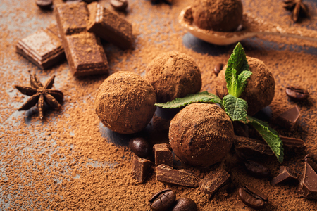 truffe blanche: Chocolate truffle,Truffle chocolate candies with cocoa powder.Homemade fresh energy balls with chocolate.Gourmet assorted truffles made by chocolatier.Chunks of chocolate and coffee beans