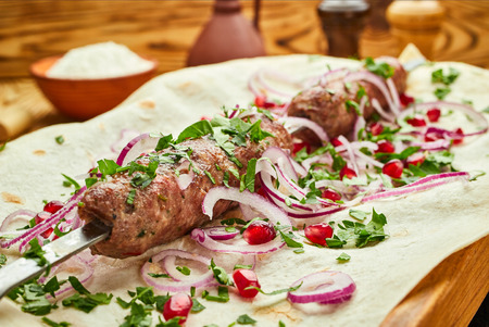 Lula kebab, Georgian dish with meat served by onions and greens in pita bread Imagens
