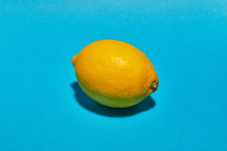 Lemon on blue background. Ð¡opy space . Food concept. Banque d'images - 121323799