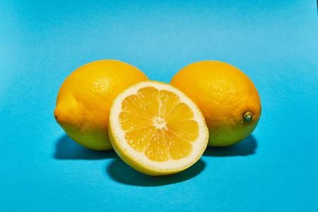 Lemon on blue background. Ð¡opy space . Food concept. Banque d'images - 121323850