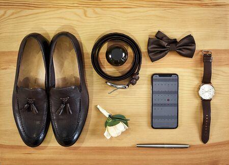 Diferentes accesorios de un empresario para crear un estilo de personas se encuentran sobre un fondo de madera