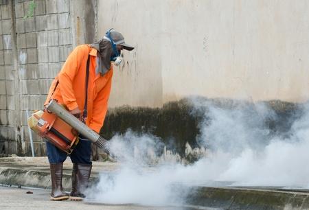 dengue: Warinchamrarb comune, Ubon Ratchathani, Thailandia, luglio 24,2013 Appannamento della salute pubblica per Aedes controllo della dengue, per un focolaio di febbre dengue.