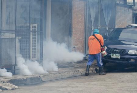 public health: Municipio Warinchamrarb, Ubon Ratchathani, Tailandia, julio 24,2013 nebulizaci�n por la salud p�blica para el control del dengue Aedes, por un brote de fiebre del dengue.