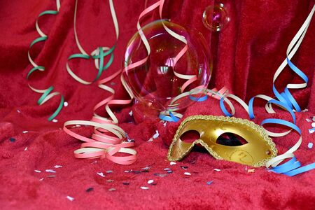 The carnival mask with confetti, sparklers and soap bubbles Imagens