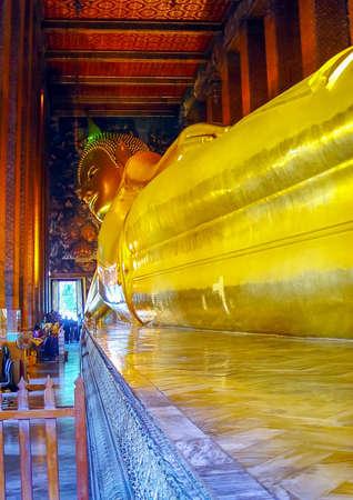 Golden reclining Buddha statue in Wat Pho Temple, Bangkok, Thailand Banque d'images