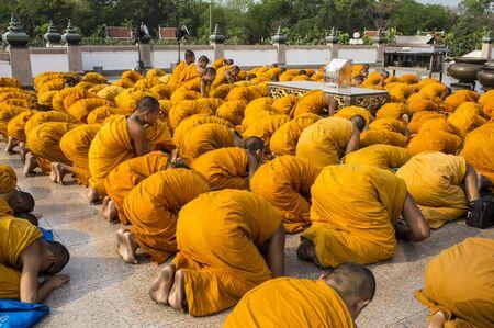 moine: groupe moine bouddhiste Bouddha marchant Banque d'images