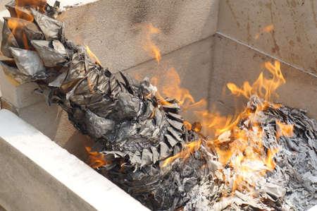 creer: quemar el papel más allá perteneciente creen ancestro muerto Foto de archivo