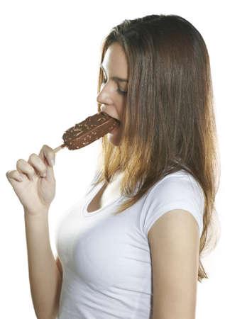comiendo helado: Joven y bella mujer comiendo un helado