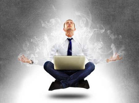 levitacion: Yoga hombre de negocios en la concentraci�n total Foto de archivo