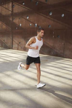 hombre fuerte: Atleta masculino cauc�sico haciendo ejercicio al aire libre