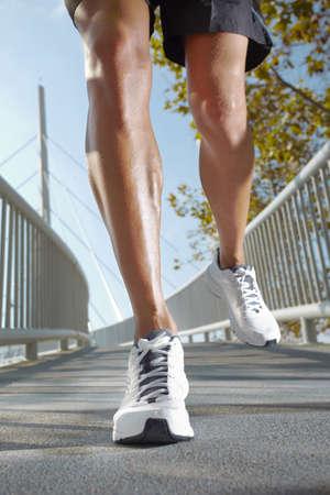 piernas hombre: foto de las piernas del hombre corriendo