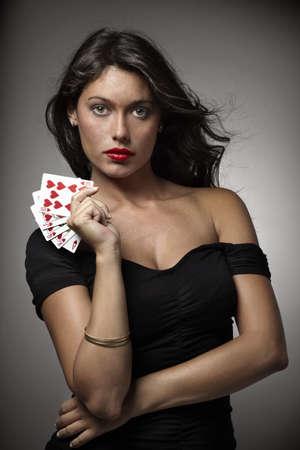 cartas de poker: mujer sexy sobre fondo gris