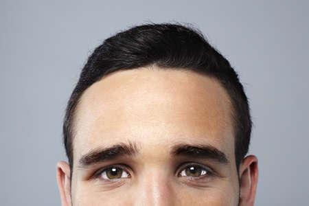 Cara del hombre joven atractivo en busca de cámara Foto de archivo - 16949132