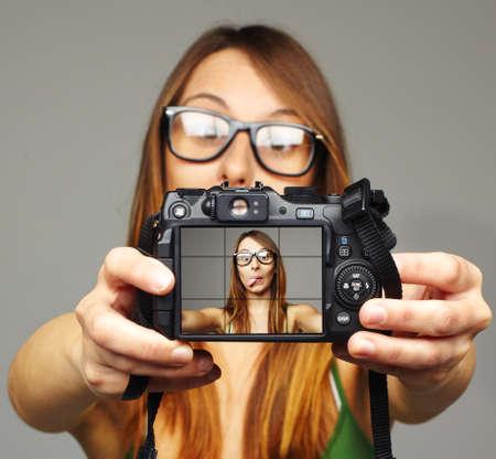 magabiztos: Gyönyörű fiatal nő vesz önarckép Stock fotó