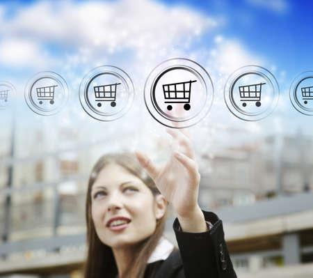 web commerce: Imprenditrice premendo il pulsante carrello, simbolo della modernit� di marketing online e lo shopping
