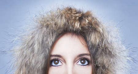 Anorak: sch�ne Frau mit einem halben Gesicht bedeckt
