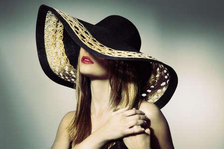 junge nackte m�dchen: Attraktive elegante sexy Frau mit schwarzem Hut