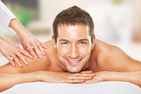 massaggio: Giovane uomo disteso in spa