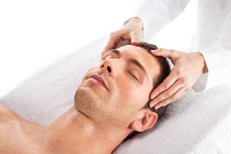 homme massage: Jeune homme détendu dans le spa