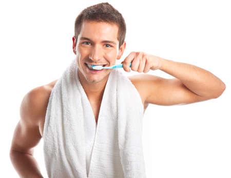 habitos saludables: Hombre cepillarse los dientes aislados en blanco