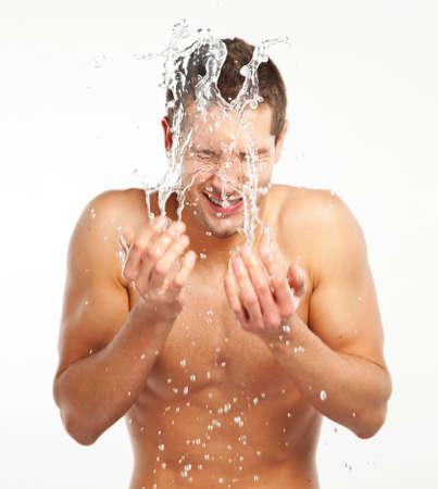 spruzzi acqua: Giovane che spruzzi d'acqua sul viso Archivio Fotografico