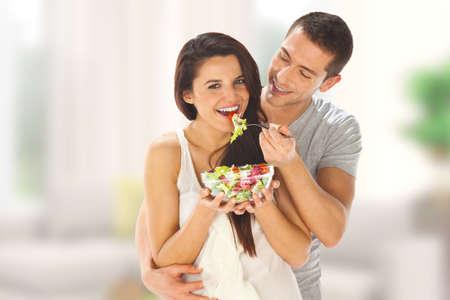 pareja comiendo: Pareja joven degustar una ensalada
