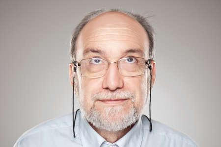 hombre calvo: Hombre en estudio mirando hacia arriba Foto de archivo