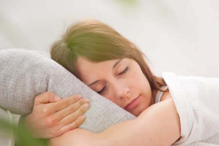 Eine Frau, die im Schlafzimmer