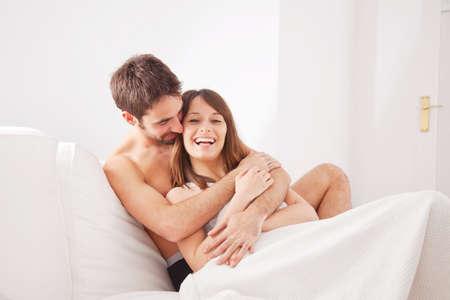 parejas enamoradas: Joven pareja feliz en el dormitorio