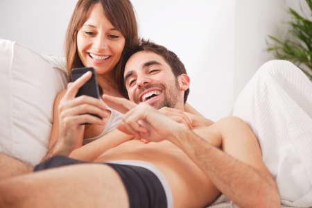 pareja apasionada: Joven pareja feliz en el dormitorio