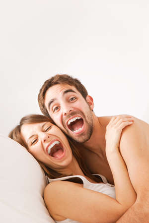 Junge gl?ckliche Paare im Schlafzimmer Standard-Bild - 19721692