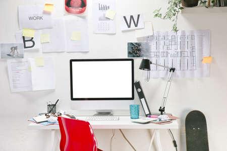 habitacion desordenada: La oficina de un trabajador creativo Foto de archivo