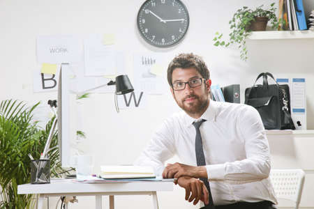 rimmed: Hombre de negocios con gafas de montura de trabajo. Foto de archivo