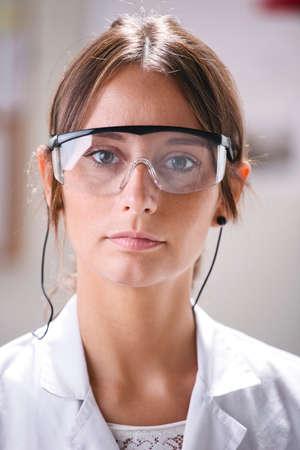 pinzas: Mujer científica en el laboratorio