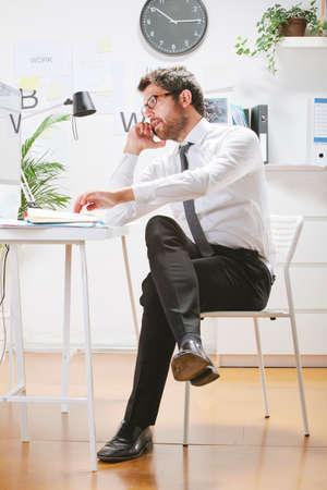 rimmed: Hombre de negocios con gafas de montura mirando la computadora Foto de archivo