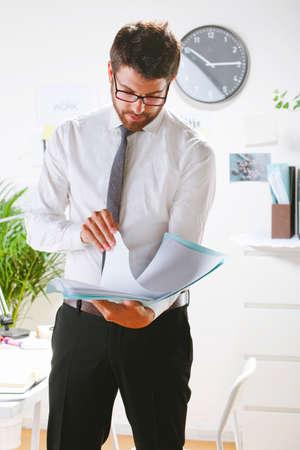 rimmed: Hombre de negocios con gafas de montura de trabajo